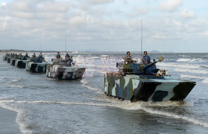 在滩头列队行进的05式两栖战车