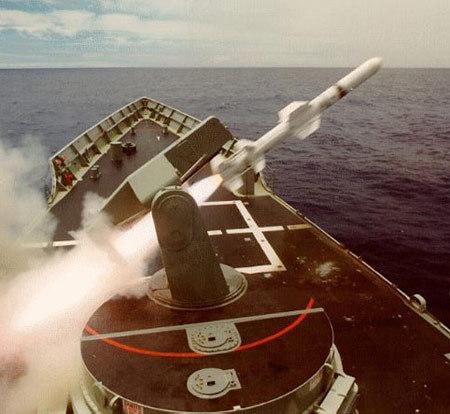 """美制""""捕鲸叉""""反舰导弹从单臂发射架上发射"""