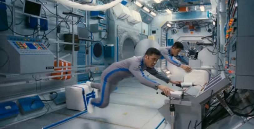 《飞天》剧照:太空站舱内景象,可见舱壁上乱如蛛网的线缆