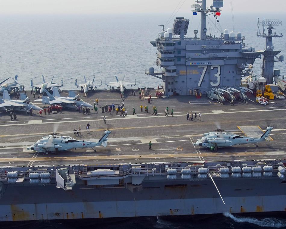 韩国海军海鹰直升机降落在华盛顿航母甲板上