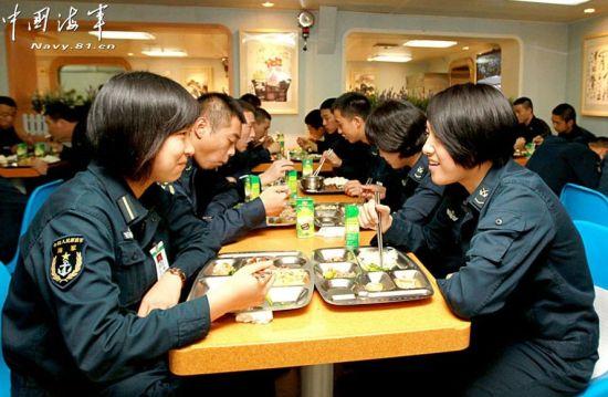 舰上女兵正在就餐