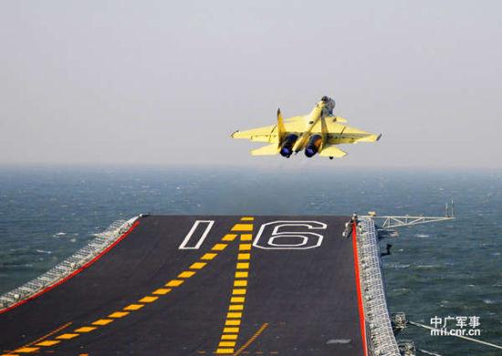 我军歼-15战机从航母上成功起飞。中广军事记者孙利摄