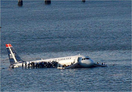 新浪航空讯 2009年1月15日下午3时30分左右,全美航空公司一架空A320客机在起飞后不久坠入纽约哈德逊河中,机上150名乘客以及5名机组人员全部获救。这个事件被称为哈德逊河奇迹。   这架飞机执行AWEl549号航班任务,于下午15时26分从纽约拉瓜迪亚机场起飞,前往北卡罗来纳州夏洛特市。不料刚起飞就遭遇密集鸟群,来不及回避,两台发动机因吸入飞鸟而损失动力,飞机似乎已无力爬升,客舱内满是焦糊味道,而附近是大片居民区   机长向机场塔台报告,要求立即折返机场。机场方面随即指示1549号班机立