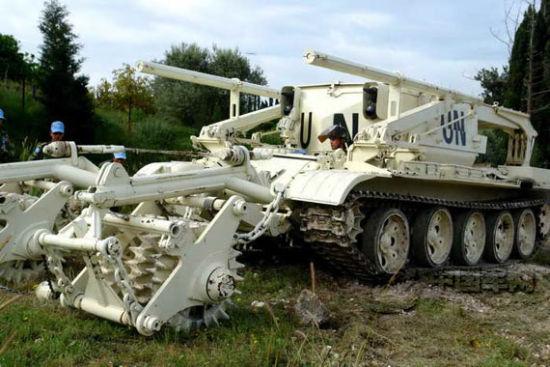 资料图:以成都军区驻滇某工兵团为主组建的我赴黎巴嫩维和工兵营官兵使用的综合扫雷车