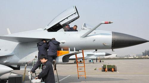 试飞站的机务人员正在紧张地进行歼10飞机的机务准备
