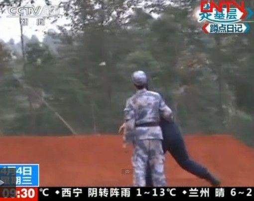 资料图:士兵投掷822新型手榴弹。