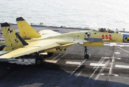 歼-15舰载机在辽宁号航母上进行起降训练