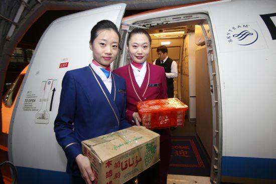CZ6954航班乘务员将2箱葡萄送下飞机――王有勉摄影