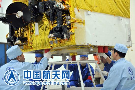 卫星发射试验队员精心操作