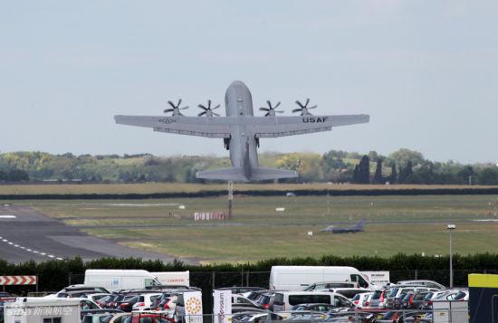 美国空军新型C-130J大力神战术运输机在第49届巴黎航展上演示优良机动性能。摄影:门广阔 陈诚