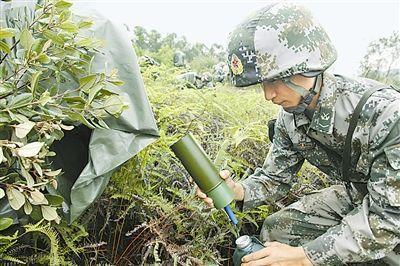 官兵使用露水收集器接水。