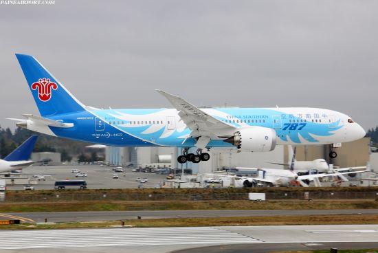中国首架波音787梦想飞机试飞。