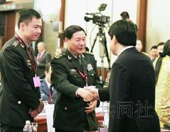 6月1日,在新加坡召开的亚洲安全会议上,日本防卫相小野寺五典(右)主动要求与中国人民解放军副总参谋长戚建国握手。图据日本共同社