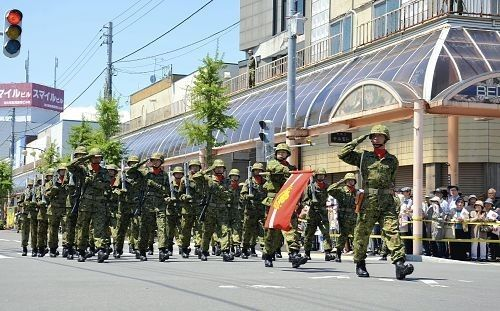 200名自卫队员走在北海道泷川市泷川车站前的街道上