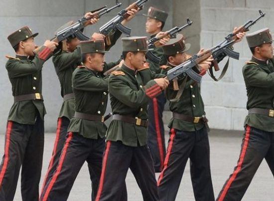 朝鲜平壤万景台革命学院学生正在学习自动步枪的使用方法