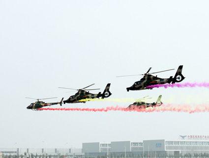 首届中国天津国际直升机博览会现场直升机飞行表演。