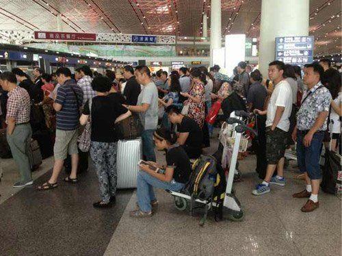T3航站楼内排队等待改签的旅客。新京报记者 薛�B摄