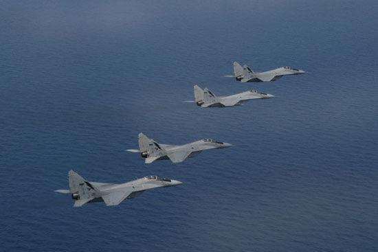 马来西亚空军米格-29N机群在南中国海上空飞行