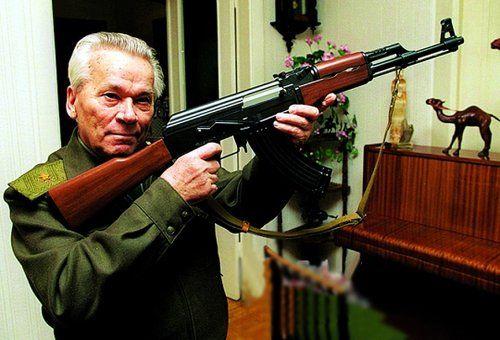 资料图:卡拉什尼科夫和他设计的AK47步枪