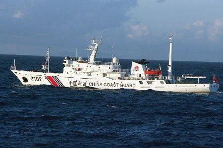 """图为正在钓鱼岛附近海域巡航的中国海警局""""海警2102""""船"""