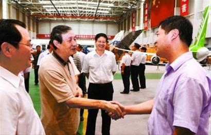 中共中央政治局委员、国务院副总理马凯亲切看望慰问国产大飞机项目工作人员