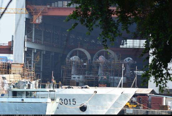 网友拍摄到船厂内的国产野牛气垫船已在安装第三个风扇