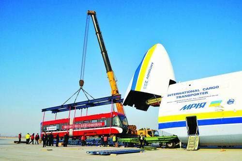 11月29日傍晚,河北石家庄正定国际机场,中国北车唐车公司研制的100%低地板现代有轨电车,被装入世界最大货运飞机安-225,飞往土耳其