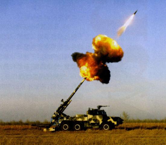 新型155车载炮发射底排火箭复合增程弹的壮观场景
