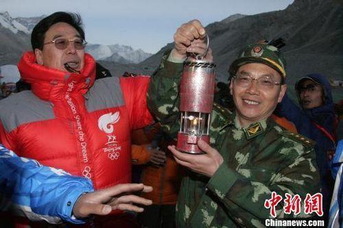 2008年,郭毅力护送奥运圣火登顶珠峰。 资料图片 摄