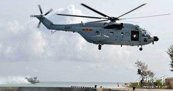 海军陆战队员从直八舰载直升机上滑降登岛