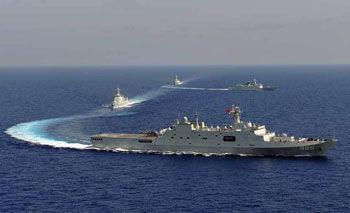 海军机动编队进行战斗队形变换演练