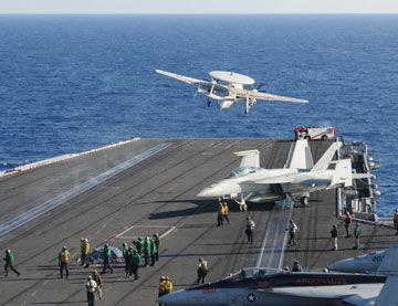 地点南海:美军E-2T预警机从尼米兹号航母上起飞