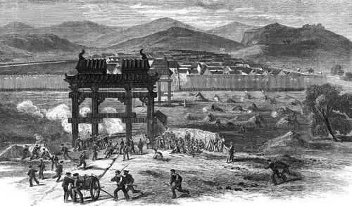 晚清,常胜军在英国洋枪队的帮助下进攻被太平军占领的城市。(来源:时代周报)