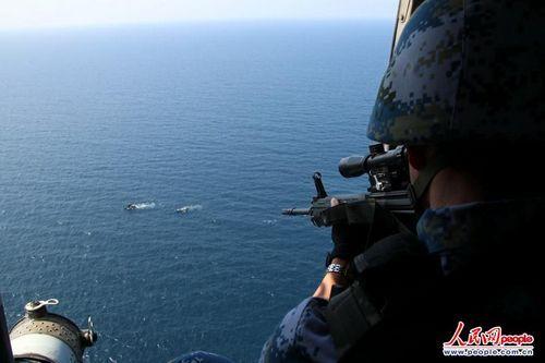 特战队员警示驱离可疑目标(人民网 李秀林摄影)
