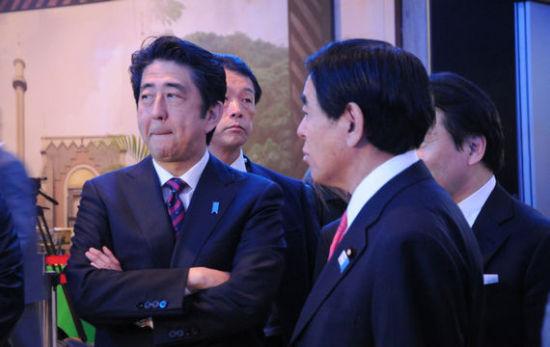 日本首相安倍晋三在会议间隙