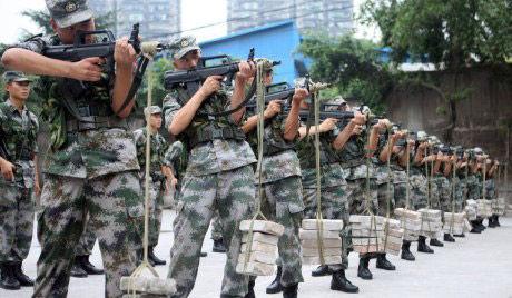 资料图:解放军士兵练习据枪稳定性