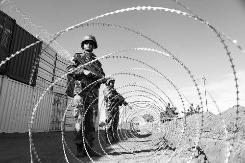 站在铁丝网后警戒的哨兵。