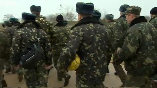 视频截图:乌军士兵打道回府。