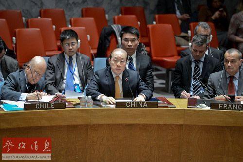 3月3日,在位于美国纽约的联合国总部,中国常驻联合国代表刘结一(中)出席安理会就乌克兰局势举行的紧急会议时发言。