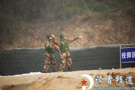 资料图:解放军投弹训练