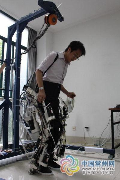 陈剑试穿外骨骼机器人 图片来源:中国常州网 吴燕翎 摄