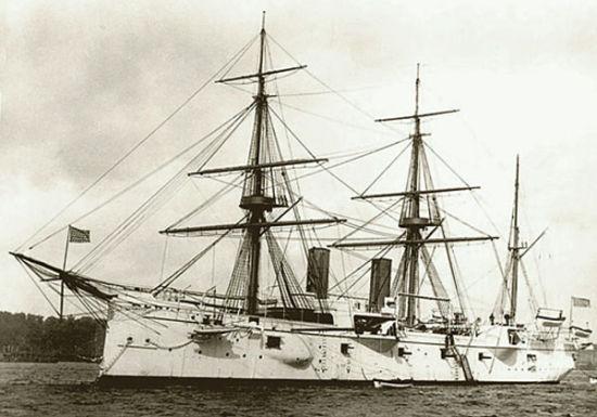 """资料图:1893年7月由阿尔弗雷德・赛耶・马汉上校指挥访英的美国海军""""芝加哥""""号巡洋舰"""