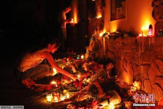 7月17日,乌克兰基辅,民众们手持鲜花和蜡烛悼念马航MH17事故遇难者。