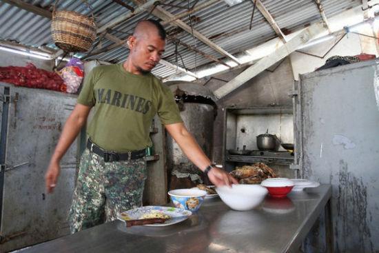 资料图:在仁爱礁坐滩军舰上的菲律宾士兵。