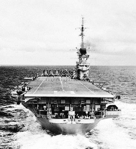 """资料图:1958年8月27日,美国航母""""埃塞克斯""""号离开地中海,加入第七舰队进入台湾海峡附近。"""