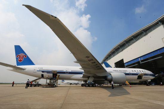新浪航空讯 2014年8月23日8:47分,一架全新的波音777-300ER飞机迎着清晨灿烂的阳光,稳稳降落在广州白云国际机场。这是南航接收的第4架波音777-300ER飞机,也是南航机队的第600架飞机。南航由此成为中国民航历史上首个机队规模突破600架的航空公司,也是国内唯一同时运行A380、B787、B77W的航空公司,开创了中国民航历史新的起点。目前,南航机队规模位列世界第五,亚洲第一,正向国际一流航空企业稳步迈进。   自1992年组建成立以来,南航的机队规模和通航点、旅客运输人次都在稳步增
