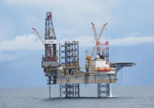 """""""凯旋一号""""自升式钻井平台在我国东海开始钻探作业。"""