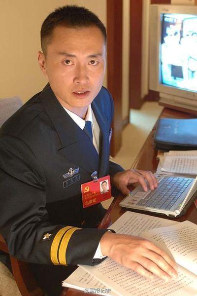 资料图:中国海军首位航母舰载战斗机英雄试飞员亮相