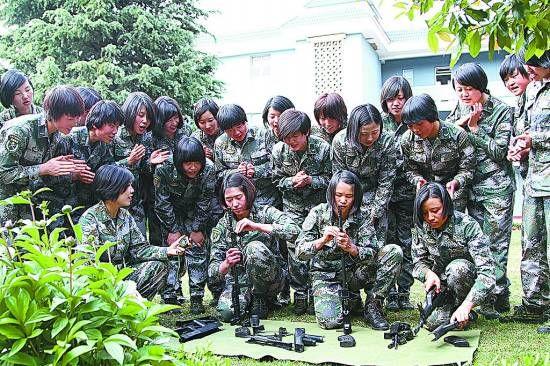 资料图:女兵们在进行枪械分解结合比赛。邓忠开摄