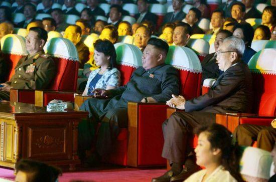 资料图:金正恩携妻子观看牡丹峰美女乐团新作音乐会